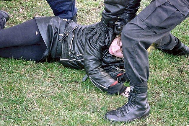 Zneškodňovaná demonstrantka
