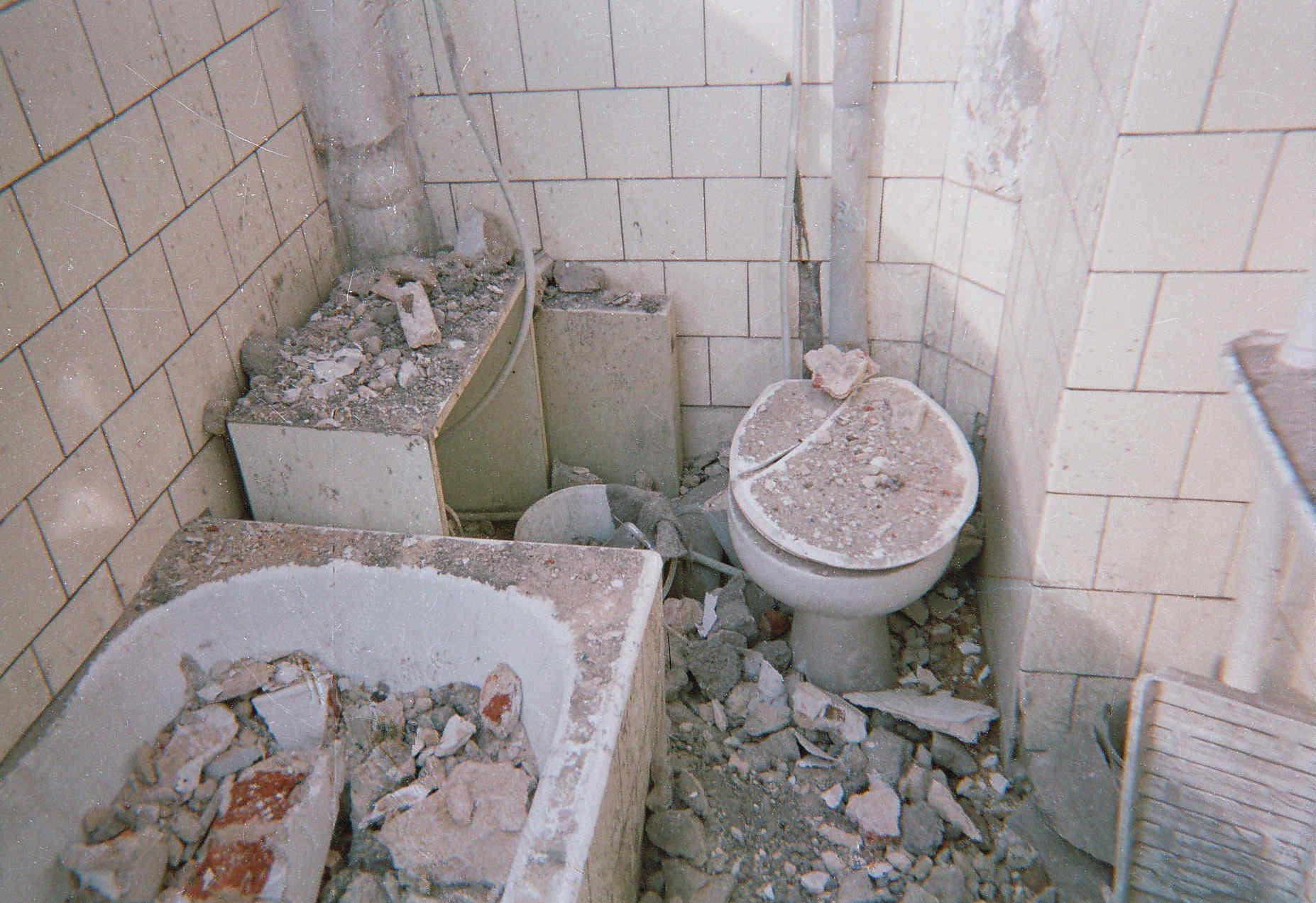 Zničená koupelna v bytě Kolečkových